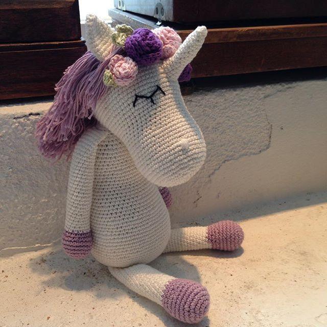 WEBSTA @ annesunivers - Enhjørning ide fra superdygtige @vibemai. Denne her var til min søde og dygtige svigerdatter @phineraun. Roseopskrift fundet på nettet og lavet lidt mindre #enhjørning #prøve#egetdesign #mayflower#økologiskbomuld #økologisk uldfyld#hæklet#chrochet#ecologic cotton#ecologic woolfilling#unicorn