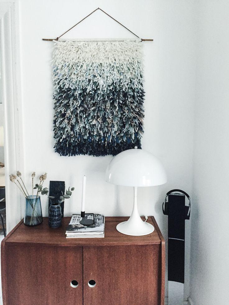 Jeg er vild med tæpper – tæpper til gulvet og tæpper til vægge. Jeg har lavet flere forskellige slags vægtæpper og mit seneste projekt er vægophæng a la rya. Jeg vil på forhånd advare utålmodige sjæle om, at det tager noget tid at lave sådan et tæppe – ihvertfald det store tæppe, men hvis man godt kan lide at nørkle med den slags projekter, mens man sidder i sofaen – så er det bare med at komme i gang. Det er nemlig slet ikke svært. Jeg valgte at lave det store vægtæppe ombré, hvor jeg…