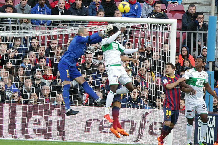 Víctor Valdés, que regresó al once titular, despeja con dificultades