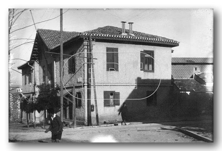 Το κτίριο που στεγάζονταν το Ταχυδρομείο και άλλες υπηρεσίες (1924).  Εκεί εντοιχίστηκε και η αναμνηστική πλάκα κατά τη μετονομασίας του συνοικισμού Παγκρατίου σε Βύρωνος.