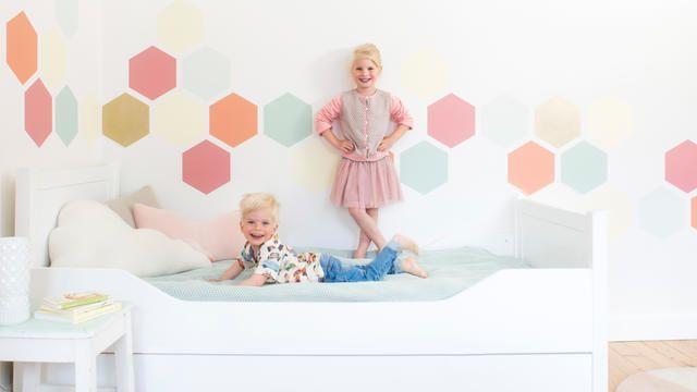 Kinderkamer met honingraatmotief in pastelkleuren