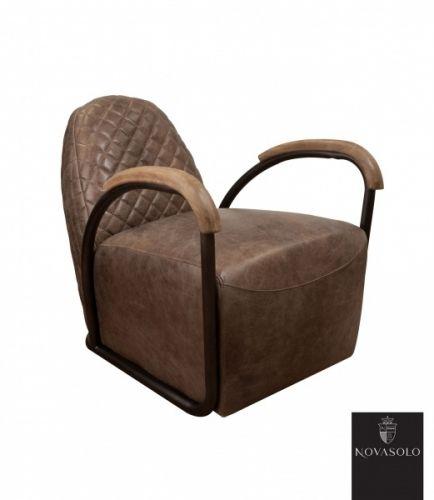 """Råtøff og behagelig Old Amsterdam lenestol med historisk preg! Dette er en stol av høy kvalitet litt utenom det vanlige!   Stolen er produsert av """"vintage skinn"""", har rammeverk i pulverlakkert jern og armlener i tre - en perfekt kombinasjon!"""