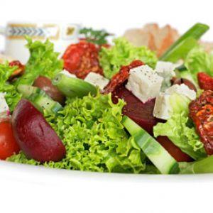 Salata de vara     Ingrediente:  salata verdeceapa verderidichimaslinebranza sarata (telemea de oaie sau capra)12 oualamaieuleimustar finfrunze de patrunjel proaspat