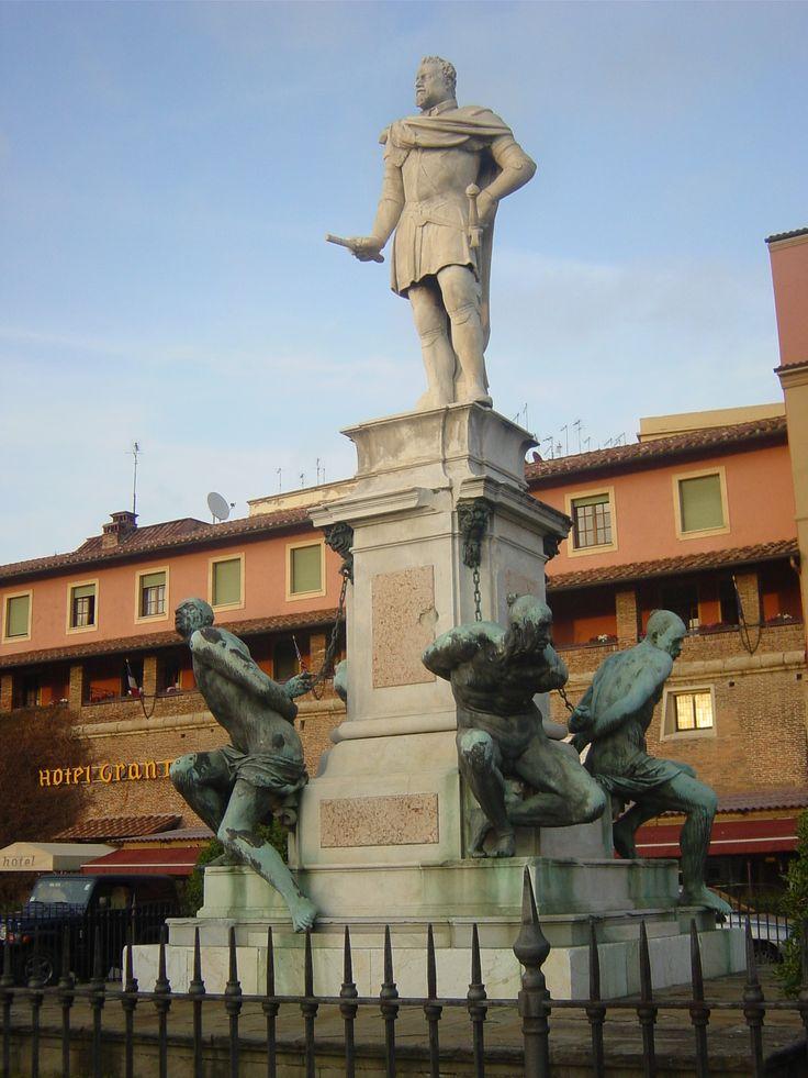 Nella foto il famoso monumento dei 4 mori in piazza Micheli a Livorno degli scultori Giovanni Bandini e Pietro Tacca che realizzarono l'opera in marmo e bronzo tra il 1595 e il 1626. L'opera è costituita da 4 mori incatenati alla base di un alto piedistallo sul quale si erge la statua di Ferdinando I che ne commissionò la realizzazione. Qui B&B a Livorno in Toscana http://bedandbreakfast.place/it/bb-toscana/livorno/livorno