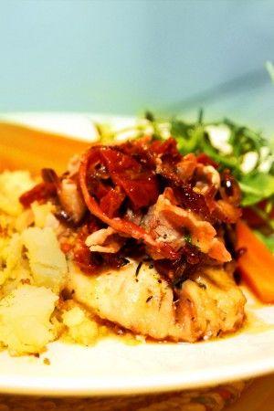 Torskrygg med bacon, soltorkade tomater och bruten potatis