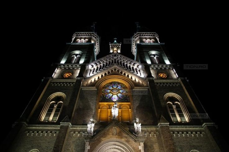 Biserica Millenium din Timisoara, iluminata de aproape 300 de proiectoare