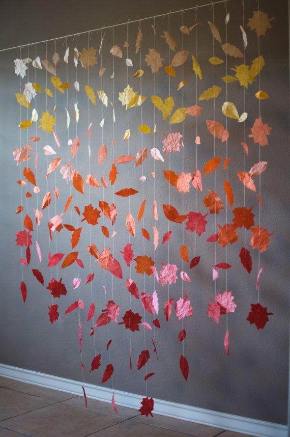 Dieses kaskadierende Papier Blatt-Girlande zeigt vielfältige wunderschöne Herbst-Farben. Es wäre schön, als eine Hochzeit Zeremonie Kulisse/Rezeption Dekor, als ein Schaufenster für ein Geschäft oder als Wanddekoration im Haus sein.  Die Blätter sind Hand-Schnitt aus Papier und dann tauchen-gefärbt Ombre Effekt erzeugen. Die Farbe verblasst von Beige zu herrlichen gelb-Senf, burnt Orange, und kastanienbraun. Dieses Display verfügt über eine vertikale Ombre (verblassen von oben nach unten)…