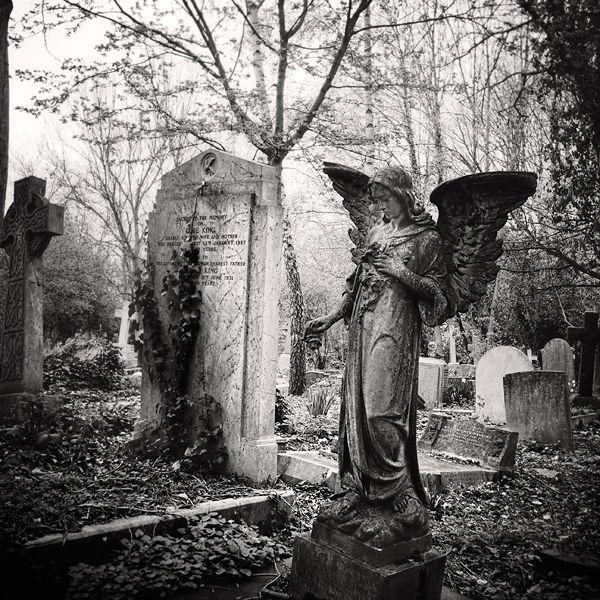 http://fc09.deviantart.net/fs44/f/2009/101/2/5/Highgate_Cemetery_II_by_Jez92.jpg