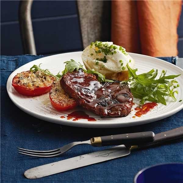 Сочный стейк с картофелем и помидорами.