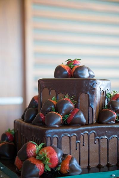 this looks sooooo good.... I can't imagine it as a wedding cake tho!