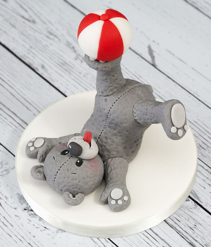 Teddy bears make great cake toppers. This one's fur has been created by stippling the icing.
