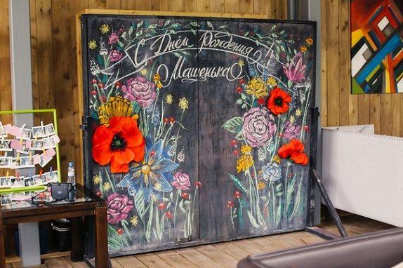 фотозона на грифельной доске бумажные цветы из бумаги декор дизайн в Кемерово Кузбассе www.flofra.ru оформления 18