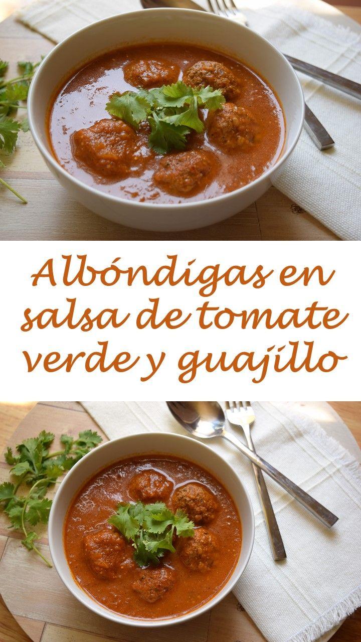 Albóndigas en salsa de tomate verde con chile guajillo.