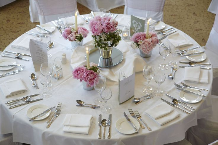 Overview of table with pink roses