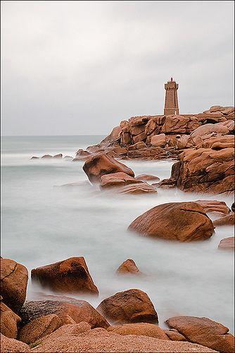 On dirait la Côte de Granite Rose ?  France, Bretagne, ..il pleut ,,,mais c'est beau chez nous....