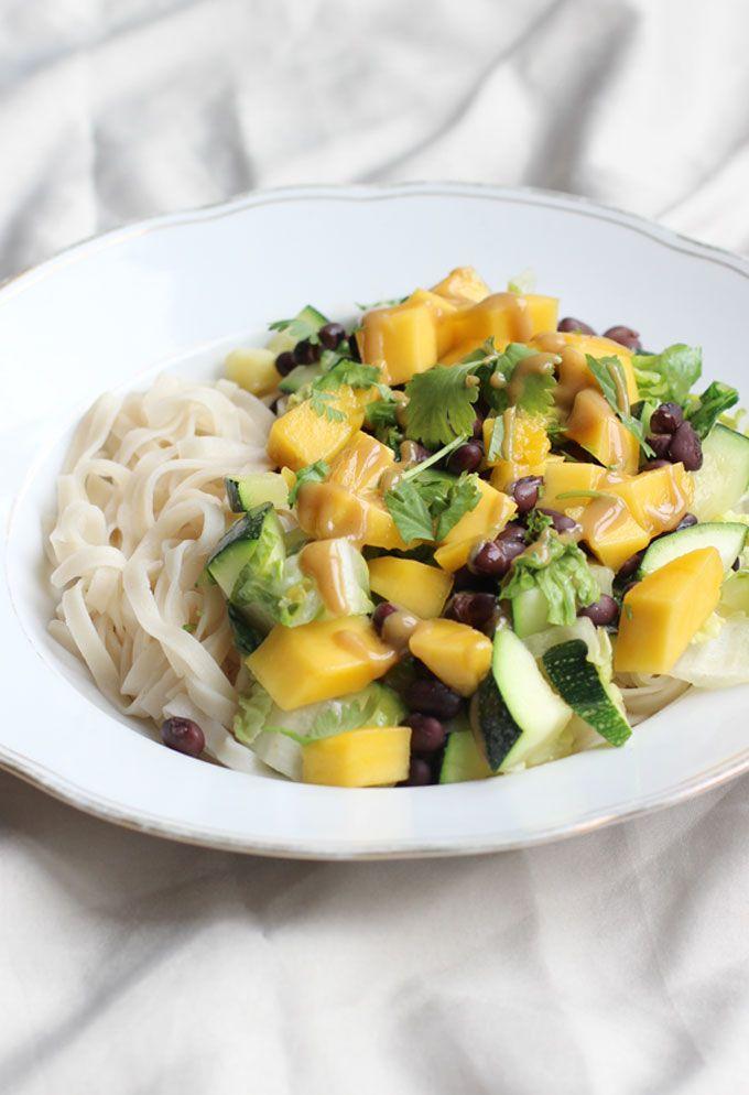 Noedels met Zwarte bonen, mango en tahindressing. Een superlekker avondeten recept: glutenvrij en vegan en heel gezond. Simpel te maken!