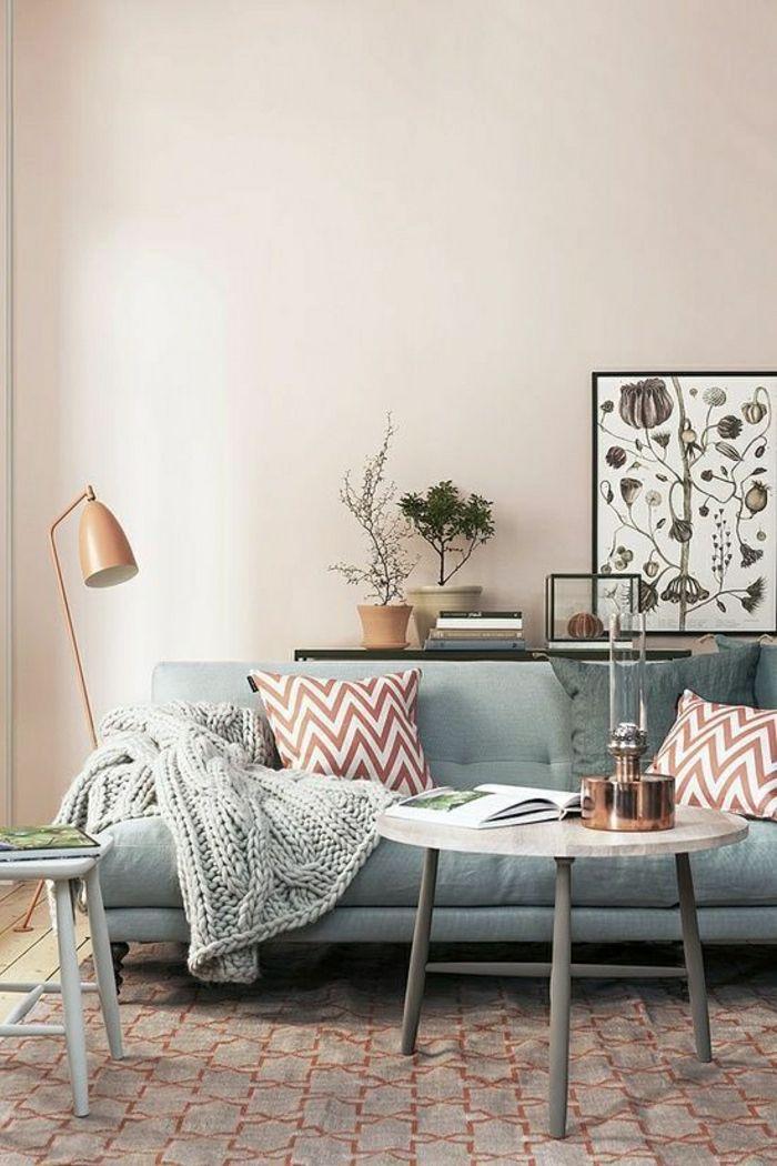 canapé bleu pastel, mur beige, dessin pastel, peintures murales, sol en parquet