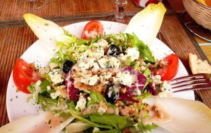 Insalata nizzarda - Ricetta per l'insalata pizzarda un classico piatto della cucina del Sud della Francia, molto ricca può sicuramente essere considerata l'antenata delle insalatone moderne; e' perfetta per il pranzo nelle giornate più calde