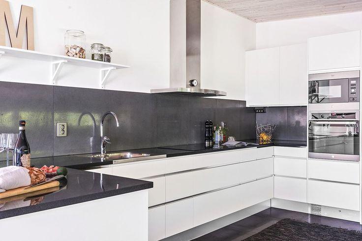 Köket är från Ballingslöv och inredningen går i ljusa toner, varvat med en stenbänkskiva, modell Nero assoluto i mörk ton, kakel och klinker val i grå. LOCATION: Arkitektritad villa vid Orupsbergets södra sluttningar.