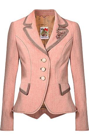 Taillierter Trachten-Blazer aus der Lollipop & Alpenrock Kollektion von Lola Paltinger Couture in Rosé. Die Jacke verfügt über dekorative Zierknöpfe, Hirsch-Brosche am Revers und Zierknöpfen am Armabschluss mit Edelweiß-Motiv mit Pailletten und Perlen. Aus Leinen gefertigt.