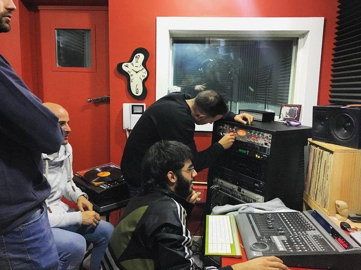 De las mejores partes del curso de producción es cuando nos metemos en @showtimeestudio  a trabajar un tema desde cero entre todos empezando por buscar un sample de vinilo para luego trabajarlo componer un ritmo de batería sobre él acompañarlo con arreglos tocados desde los teclados sintetizadores y añadirle una línea de bajo. Una vez listo entre todos arrancamos el Solidtube y el Avalon para grabar sobre el beat unos rapeos de manera que vemos técnicas de grabación compresión y ecualización…