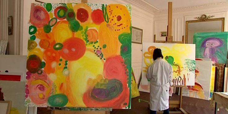 Maryam Alakbarli n'est pas une peintre comme les autres. Pourtant ses proches ne mettent pas en avant la trisomie qui touche Maryam pour expliquer la puissance de son œuvre. A 23 ans cette jeune artiste originaire d'Azerbaïdjan est en passe de devenir la coqueluche des critiques d'art. Elle exposait ce week-end au Salon Art Shopping du Carrousel du Louvre, à Paris.