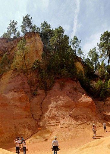 Okhra : le conservatoire des #ocres dans le #Lubéron : A Roussillon dans le Vaucluse, les roches rouges se détachent sur le ciel bleu du Luberon. C'est dans ce pays de l'ocre, parfois surnommé le Colorado provençal, qu'une ancienne usine d'ocre a été transformée en conservatoire des ocres et de la couleur. Ce lieu baptisé Okhra propose des visites et des formations.