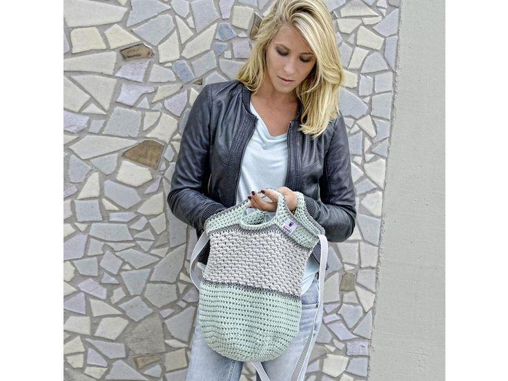 Die raffinierte Häkeltasche kommt vielseitig zum Einsatz und kann über der Schulter oder als Handtasche getragen werden. Mit der Anleitung von MyBoshi ist die Tasche innerhalb von fünf Stunden nachgehäkelt.