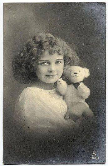 Мишка косолапый / cute bear– Сообщество– Google+День рождения плюшевого зверя отмечается 27 октября, как и день рождения президента Рузвельта, в честь которого  медвежонок получил имя Тедди.  «Я не совсем уверен, что использование моего имени принесет успех производству плюшевых медвежат, но если вы так уж настаиваете, то, пожалуйста, вы можете назвать его моим именем».  Теодор Рузвельт, 1903 год.