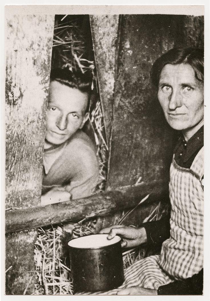 Abraham Grinbaum, 3 lata ukrywany przez małżeństwo Grabarów z Gąbina. Zdjęcie wykonano w 1946, odtwarzając warunki ukrywania z okresu wojny. Fot. Żydowski Instytut Historyczny im. Emanuela Ringelbluma