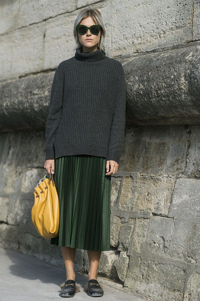 A turtleneck sweater, pleated skirt, and brightly colored bag #streetstyle #pfw