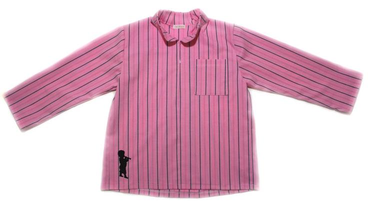 Größen: 86/92, 98/104, 110/116, 122/128, 134/140, 146/152      Das Hemd ist ein Wohlfühlhemd für Jungs.    Durch den weiten Schnitt und die Kellerfal