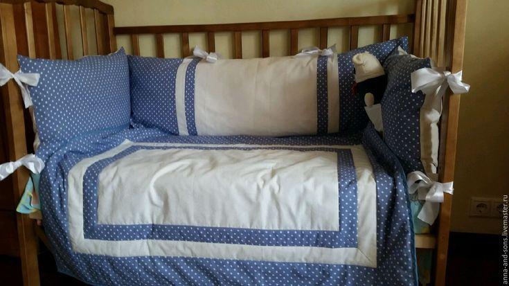 Купить или заказать Комплект  в кроватку 'Классика' в интернет-магазине на Ярмарке Мастеров. В НАЛИЧИИ!!! Необыкновенной красоты набор в детскую кровать. -бортики на три стороны со съемными чехлами -лоскутное одеяло 90/115 -наволочка с подушкой 40/55 Классическое сочетание тканей горошек и полоска. комплект двух сторонний , можно менять бортики на свое усмотрение кому как нравиться. все изготовлено из хлопка, внутри холлофайбер. _________________________________________ Если Вам…