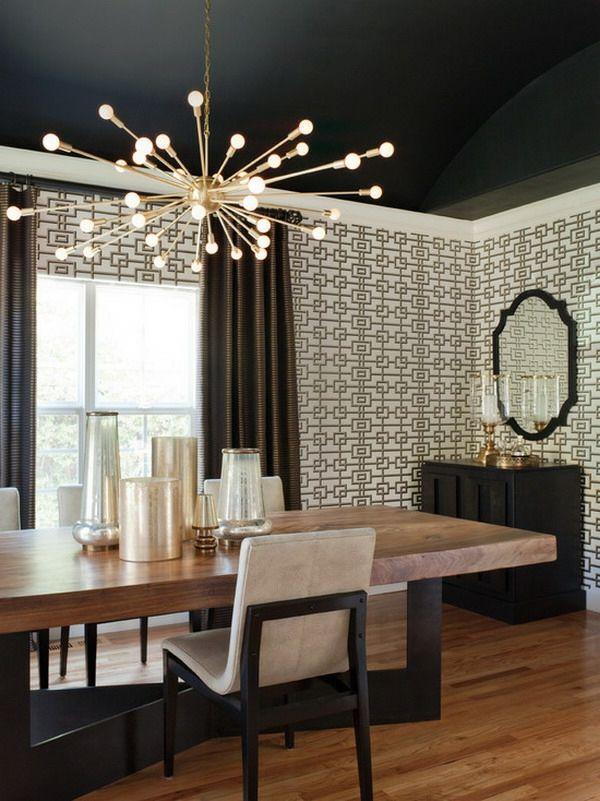 papier peint graphique, plafond noir et un miroir vintage, plafonnier impressionnant