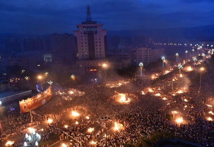 20160728 - Cerca de 500 mil pessoas se reúnem em volta de fogueiras durante o festival da Tocha em Xichang, na China. O evento, também chamado de festival do fogo, é um dos principais feriados da etnia Yi. A festa celebra o lutador lendário Atilaba, que afastou uma praga de gafanhotos usando tochas feitas com galhos de pinheiros Imagem: Liu Kun/ Xinhua