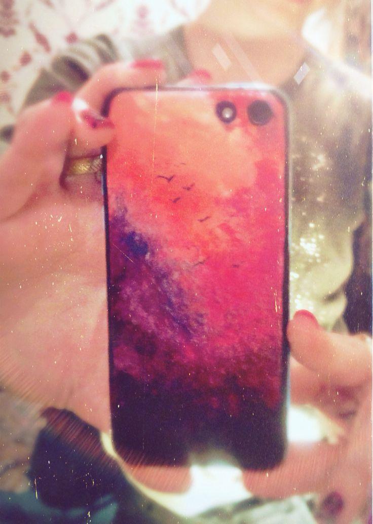Надоел голубой цвет айфона,а под руку попались обычные лаки для ногтей :3