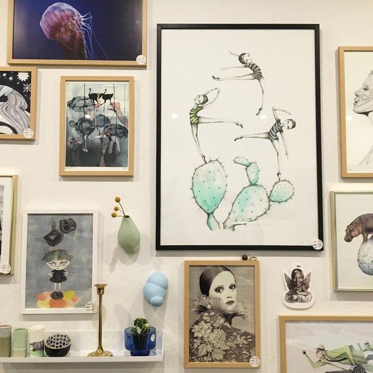 """Interiørfabrikken på Instagram: """"Vi har fået vores første hus kunstner Kirstine Falk, og nu er hendes skønne kaktuspiger på væggen. Plot i ramme til 825kr @kirstinefalk"""""""