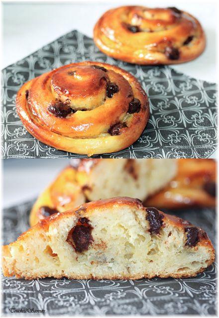Un peu de boulange avec ces petits pains roulés garnis de crème pâtissière à la vanille et de raisins secs...ils ne sont certes pas feuilletés comme les classiques pains aux raisins mais ils n'ont absolument rien à leur envier tant ils sont délicieux...