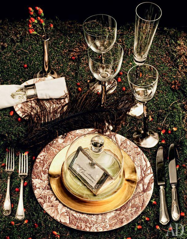 Пирожковая тарелка, 12 200 руб., и подстановочная тарелка, 5000 руб., все из коллекции Les Maisons Enchantées, дизайнер Франсуа Утен, лиможский фарфор, Hermès. Кольцо для салфетки, вазочка, нож, подставка для карточки, вилка, сталь, посеребрение, все Sambonet, цена по запросу. Салфетка из коллекции Natura, лен, Venice Home Collection, цена по запросу. Набор бокалов, крышка и тарелка, хрусталь, фарфор, посеребрение, позолота, все Ivan Jelinek, цена по запросу. Нож и вилка, серебро, Robbe…