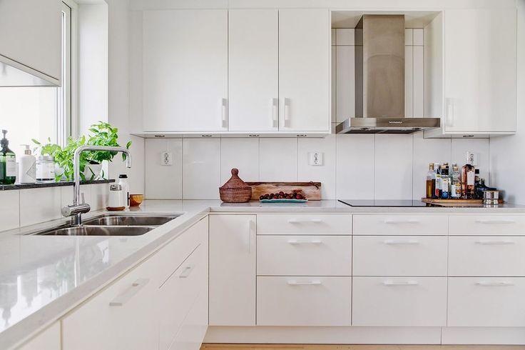 Ett vitt Ballingskök i vinkel mellan vardagsrummet och matplatsen. Snygg och stryktålig bänkskiva (Silestone Lagoon 30mm). Bra planerat med mycket god förvaring. Mycket snyggt och stilrent. Inbyggnadshäll, mekanisk spisfläkt (Franke Stil), inbyggnadsugn, mikrovågsugn, diskmaskin, kylskåp och frysskåp.