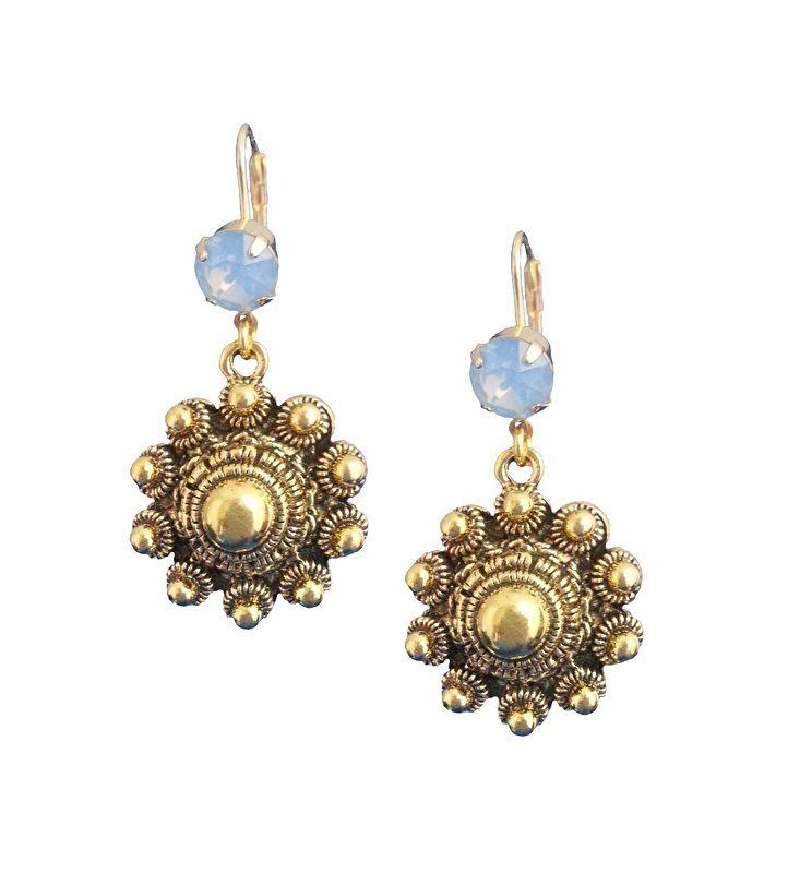 Dutch Honour - Handgemaakte oorhangers met prachtige authentieke Zeeuwse knoppen en mooie ;Swarovski steen in de zomerse kleur Air Blue Opal. Met deze oorbellen heb je een échte eyecatcher te pakken!