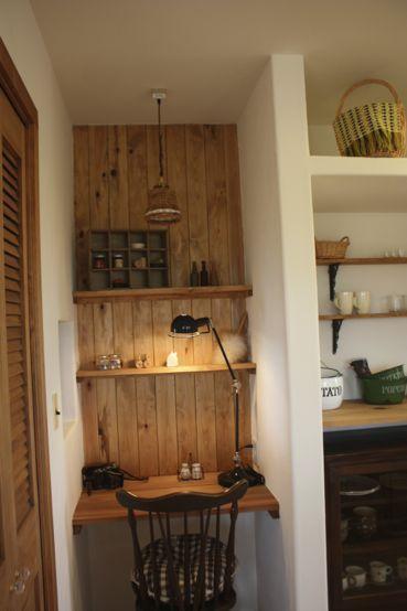 古いミシンや手作りの家具を上手にコーディネートしたおうちカフェスタイルのレトロナチュラルハウス