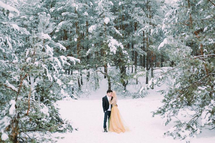 Даша и Андрей устроили нежную и такую романтичную фотосессию в зимнем лесу. Они вспоминали, как провели свой первый совместный праздник в качестве жениха и невесты и наслаждались красотой природы. В этой фотосъемке пара не использовала практически никакого декора: только заснеженная лесная опушка, бенгальские огни и они, влюбленные и счастливые. Приглашаем вас к просмотру!