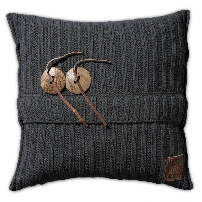 Aran Kussen 50x50 Antraciet  Description: Je hebt nooit genoeg kussens in huis! Dit Kussen Aran van Knit Factory is een uitstekende toevoeging aan je moderne interieur. Deze combinatie van breiwerk en 100 % hoogwaardig katoen voelt heerlijk zacht aan. Dit kussen met een afmeting van 50 bij 50 cm is uitgevoerd in een neutrale kleur en is hierdoor gemakkelijk te combineren met andere sierkussens of een leuke plaid. Leg het op de bank een loungestoel of op het bed en creëer een knusse sfeer. De…