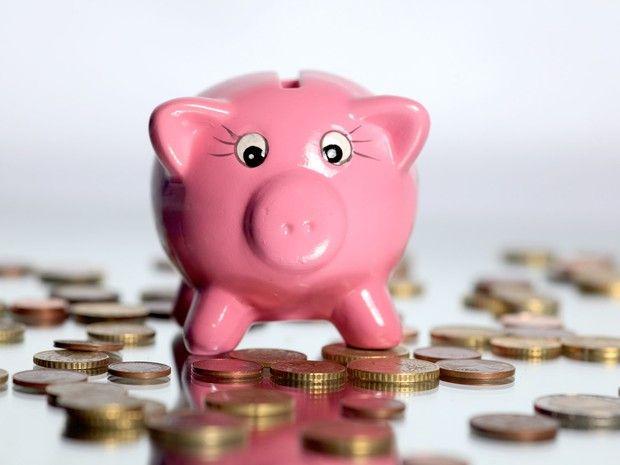 Porquinho e moedas (Foto: Philippe Turpin/Photononstop)