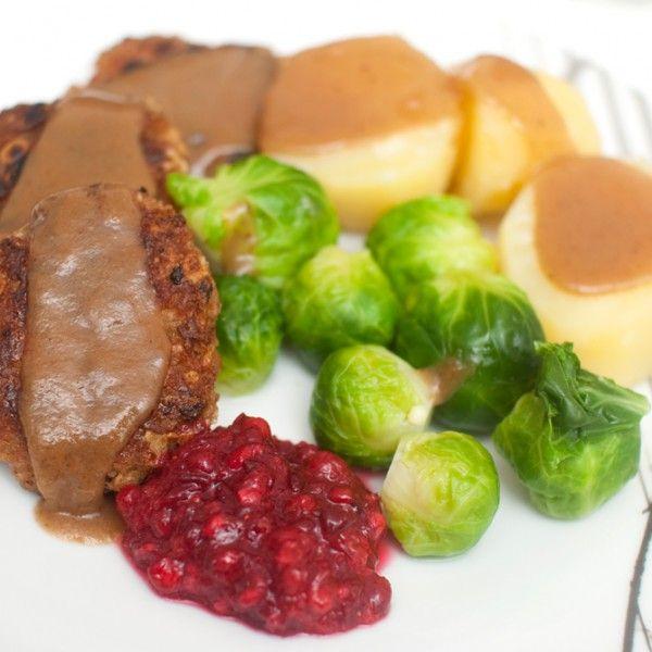 """Norges nasjonalrett – helt vegansk.  KJØTTKAKER: Veganske """"kjøttkaker"""" laget av soya og havre. Kjempegodt med tradisjonelt tilbehør! Denne oppskriften..."""