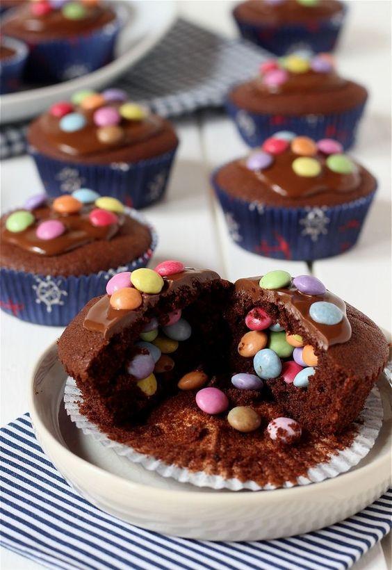 Piñata-Muffins – Schokoladenmuffins mit Smarties