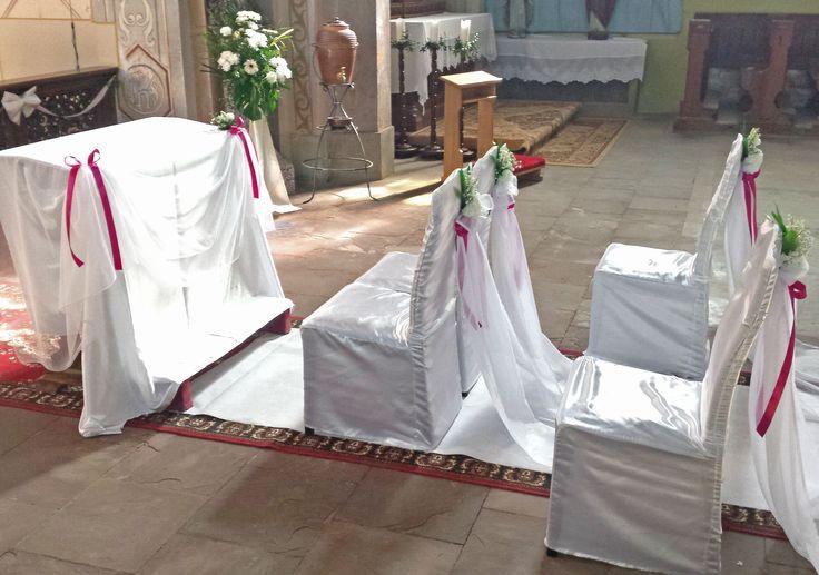 aranżacja ślubna kościoła. Kolorystyka biel i fuksja