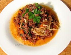 Spaghetti z wołowiną, szpinakiem i pysznym sosem pomidorowym, podane z maka...