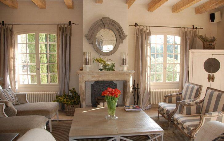 Гостиная комната в стиле кантри с нотками романтизма. Красивые большие окна и по-домашнему комфортная мебель. Отличная идея для большой семьи. Фото